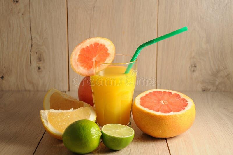 Die Mischung von Zitrusfrüchten und von Orangensaft lizenzfreie stockfotos