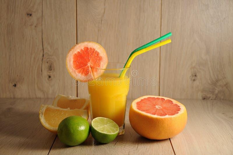 Die Mischung von Zitrusfrüchten und von Orangensaft lizenzfreies stockbild
