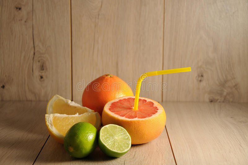 Die Mischung von Zitrusfrüchten und von Orangensaft stockfoto