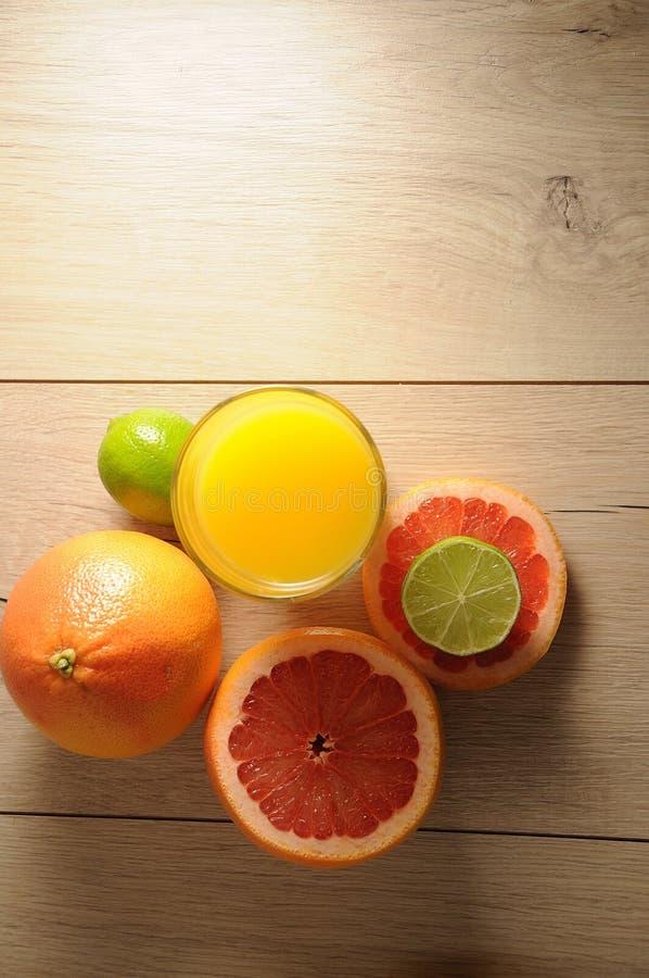 Die Mischung von Zitrusfrüchten und von Orangensaft stockbilder
