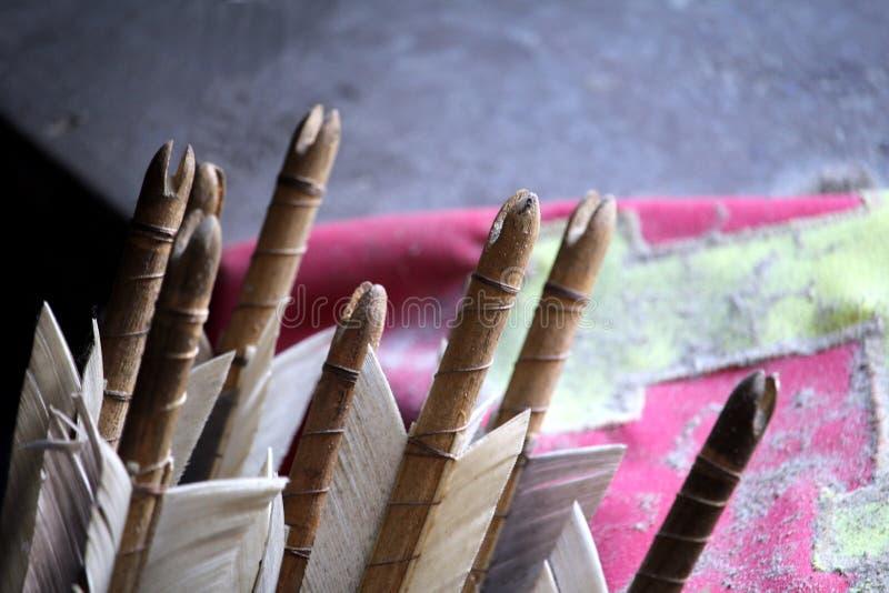 Die mit Federn versehenen Enden einiger mittelalterlicher Artbogenschießenpfeile, herein lizenzfreies stockfoto