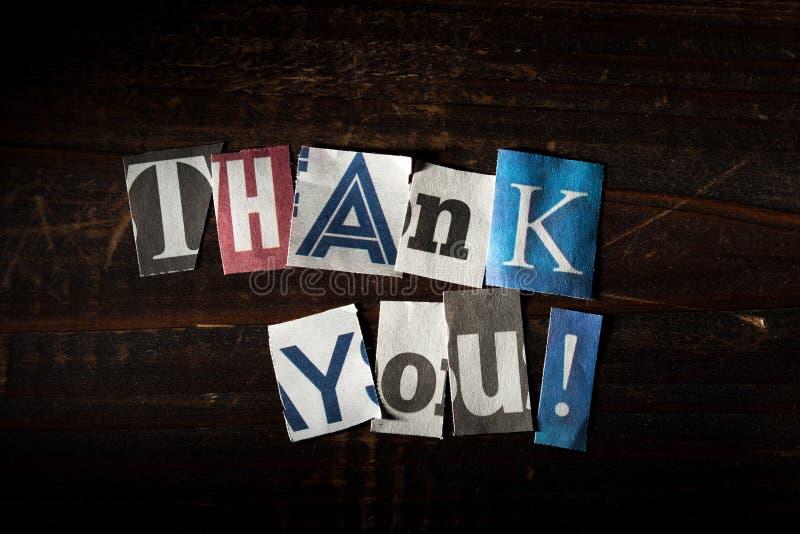 Die Mitteilung - danke mit herausgeschnittenen Buchstaben von den Zeitungen usw. stockfoto