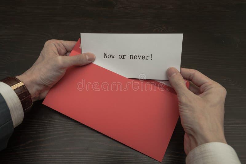 Die Mitteilung vom roten Umschlag lizenzfreie stockfotografie