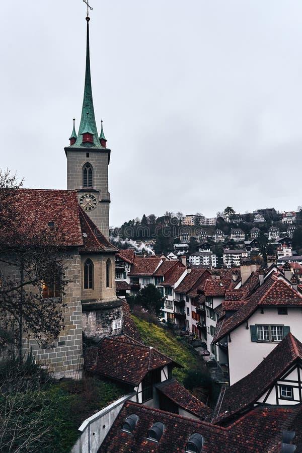 Die mittelalterliche Schweizer Stadt Bern Turm mit der Uhr bei Sonnenuntergang lizenzfreie stockfotos