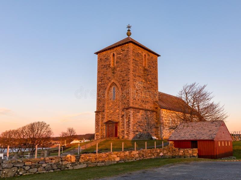 Die mittelalterliche Steinkirche bei Avaldsnes, auf der Insel von Karmoy, von Norwegen, vertikales Bild des Haupteingangs und der lizenzfreie stockfotos