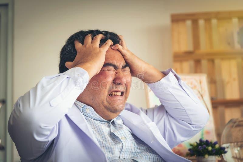 Die mittlerer Mann gealterten Leute werden, Kopfschmerzen gezeigt und großes betonen lizenzfreie stockfotografie