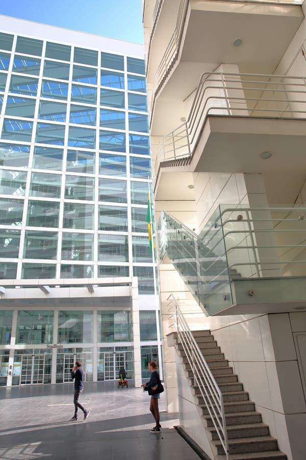 Die moderne Architektur von neuen Rathaus von Den Haag Entworfen durch amerikanischen Architekten Richard Meier im Jahre 1986 lizenzfreie stockfotos