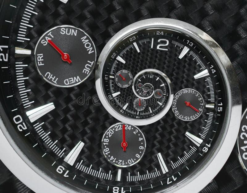 Die modernen silbernen schwarzen roten Uhrhände der Modeuhruhr, die zur surrealen Zeit verdreht werden, winden sich Surrealismusu lizenzfreies stockfoto