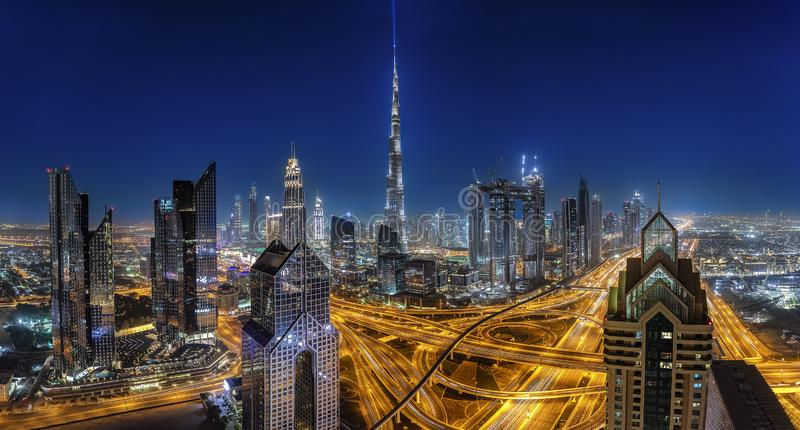 Die modernen Skyline von Dubai bis zum Nacht, UAE lizenzfreie stockfotografie