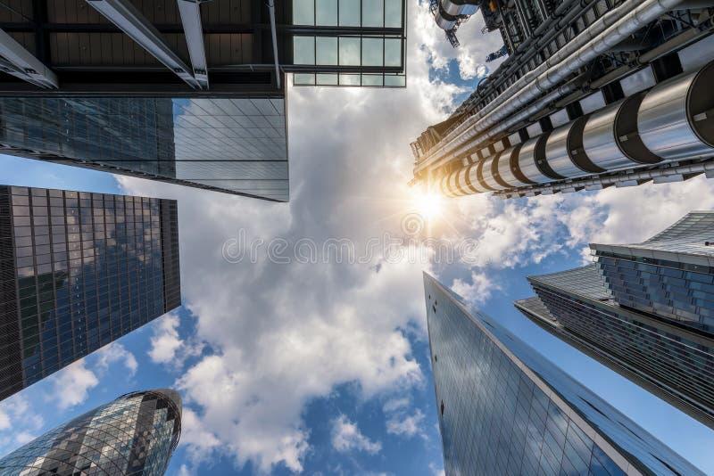 Die modernen Wolkenkratzer und ein blauer Sommerhimmel stockbilder