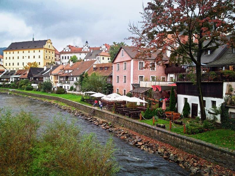 Die Moldau-Fluss fließt unten in die mittelalterliche Stadt von Krumlov lizenzfreie stockbilder