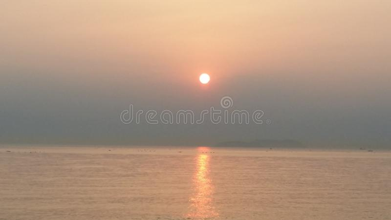 Die Morgensonne ist in Meer lizenzfreies stockfoto