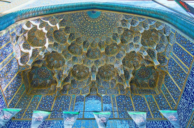 Die muqarnas Wölbung von Chaharbagh-madraseh ` s Portal, Isfahan, IRA stockfotografie