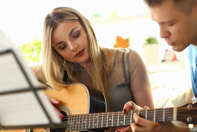 Die Musik, die Lektions-Liebhaber spielt, verbindet am Wohnzimmer lizenzfreies stockbild