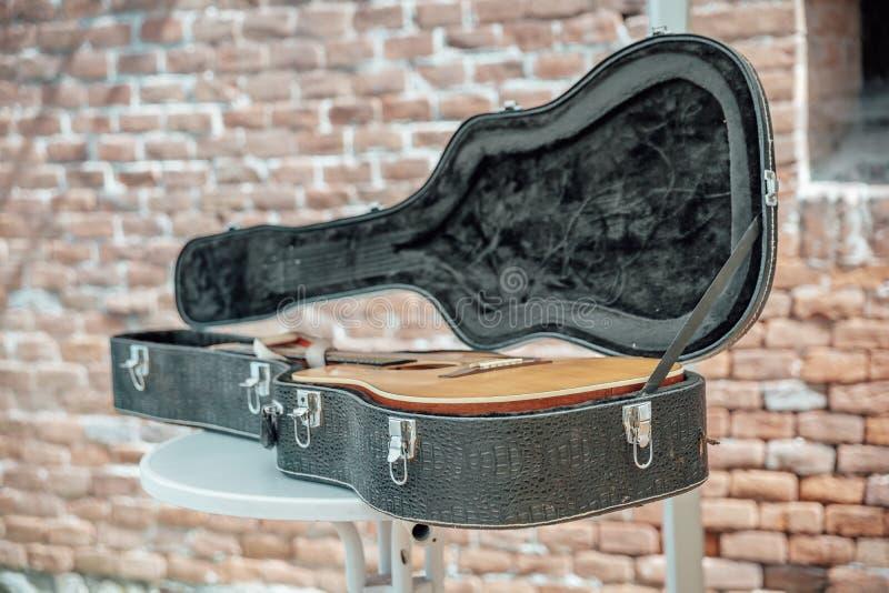 Die Musikinstrumente bereit zur Konzertlüge auf einem Stadium in einem Fall Gitarre lizenzfreie stockbilder
