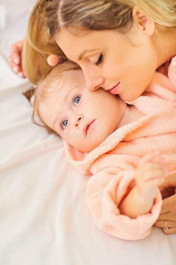 Die Mutter küsst ihr Baby lizenzfreies stockfoto