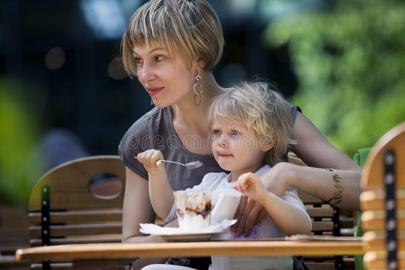 Die Mutter und Kind, die essen, Eiscreme lizenzfreie stockbilder