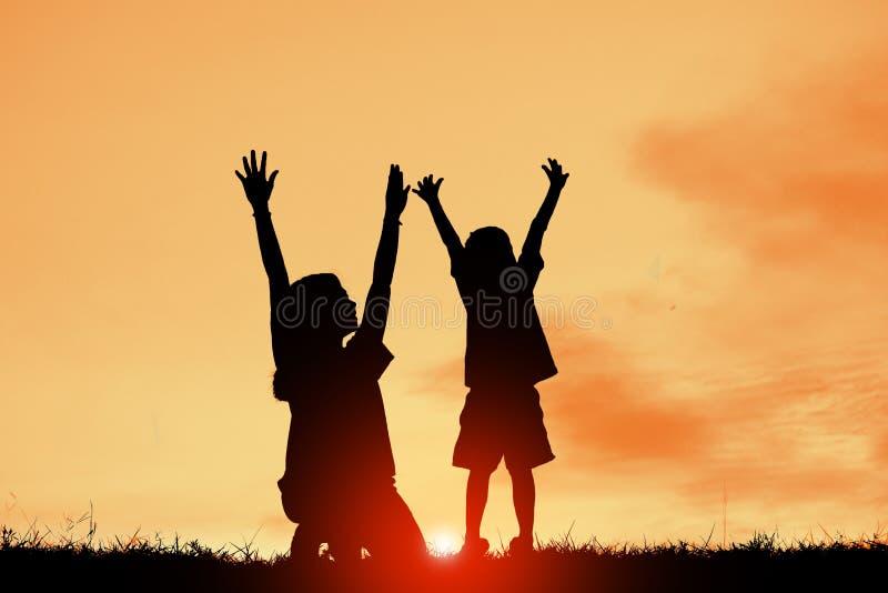 Die Mutter und Sohn, die Spaß bei Sonnenuntergang, Familie eine glückliche Zeit, asiatisches Kind haben, silhouettieren ein Kind  stockbild
