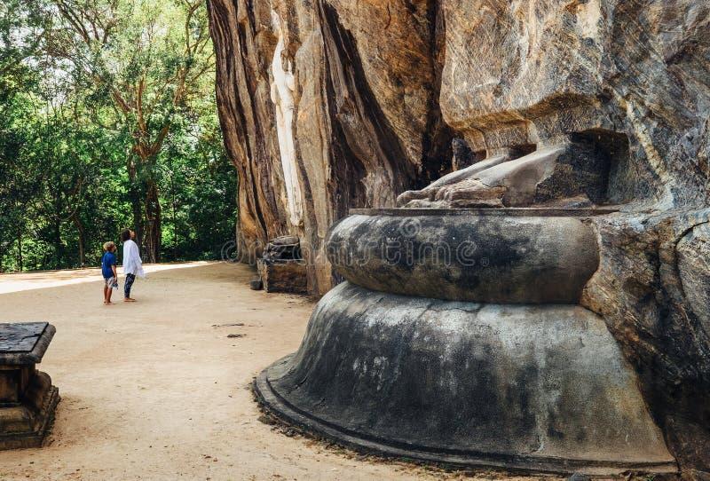 Die Mutter- und Sohntouristen, die den Cca 1000 Jahre alt das größte der Stellung Buddha-Statuen genießen, ist 51 Fuß 16 m vom Ko stockfoto