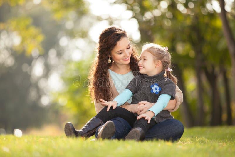 Die Mutter und Tochter, die in den Herbst gehen, parken lizenzfreies stockfoto