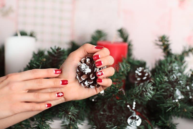 Die Nägel der Schönheit mit schöner Weihnachtsmaniküre stockbild