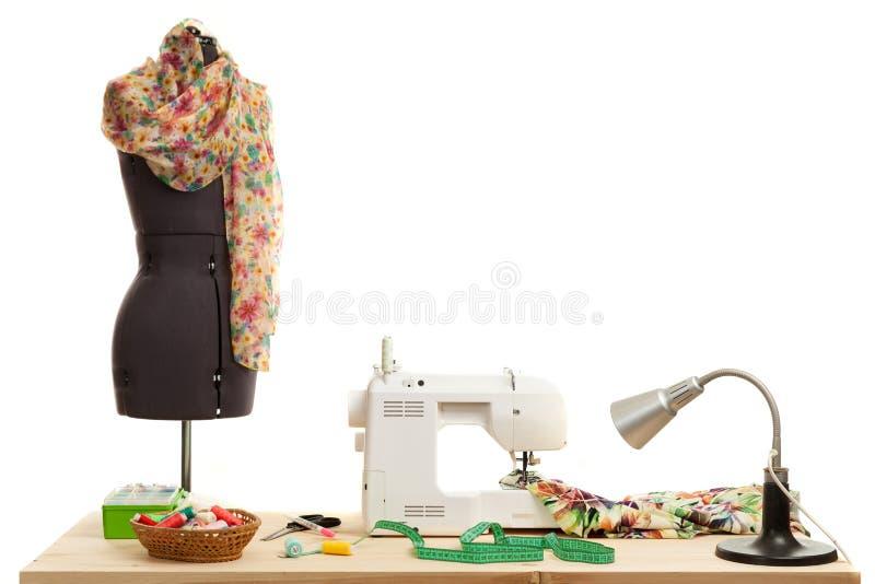 Die Nähmaschinekosten auf einer Tabelle lizenzfreie stockbilder