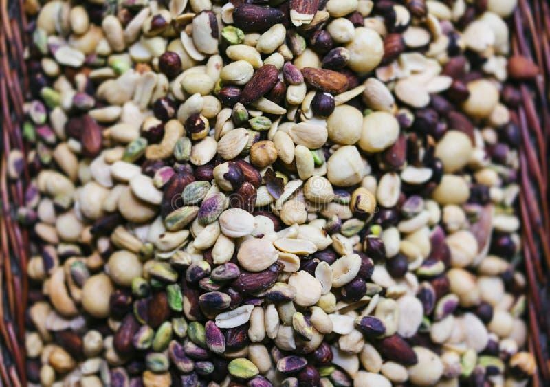 Die Nüsse, die auf unscharfem Hintergrund, nützliche Nahrungsmitteldraufsicht gemischt wurden, sortierten gesunde Naturpistazien  stockfotos