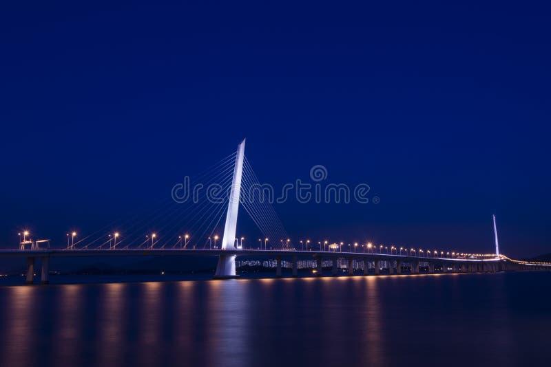 Die Nacht der Shenzhen-Bucht-Brücke stockfotografie