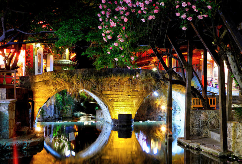 Die Nachtalte Stadt im lijiang stockbilder
