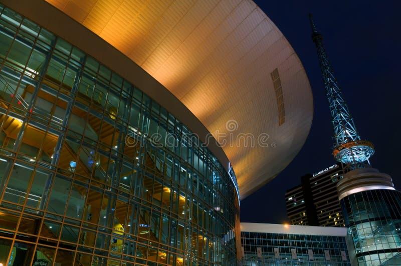 Die Nachtansicht über Bridgestone-Sportarena in Nashville, TN lizenzfreie stockfotos