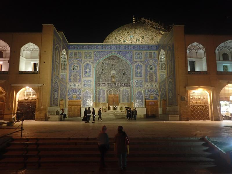 Die Nachtansicht hell des Aufleuchtens Sheikh Lotfollah Mosqu mit Reflexionen auf Pool an Quadrat Naqsh-e Jahan in Isfahan, der I lizenzfreies stockfoto