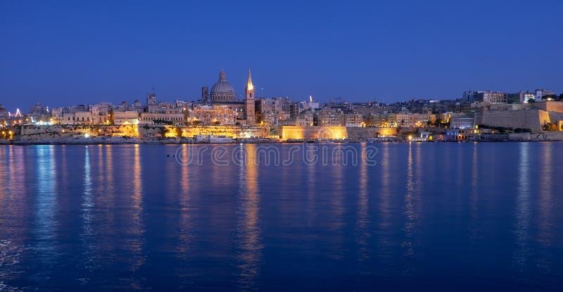 Die Nachtansicht von Valletta-Skylinen von Sliema malta lizenzfreie stockfotografie