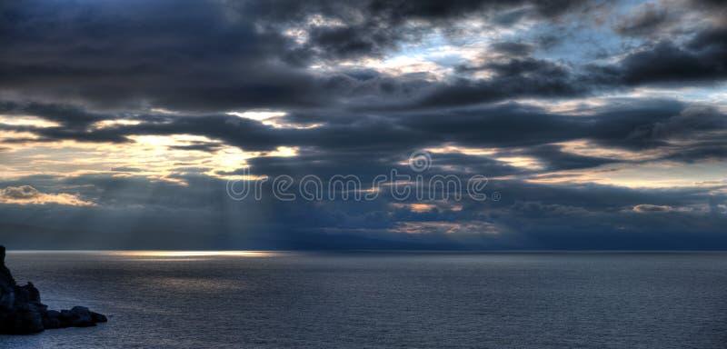 Die Nachtküstenlinie und -berge lizenzfreies stockfoto