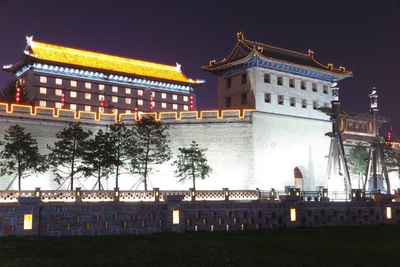 Die Nachtszene der alten Stadtmauer in Xian lizenzfreie stockbilder