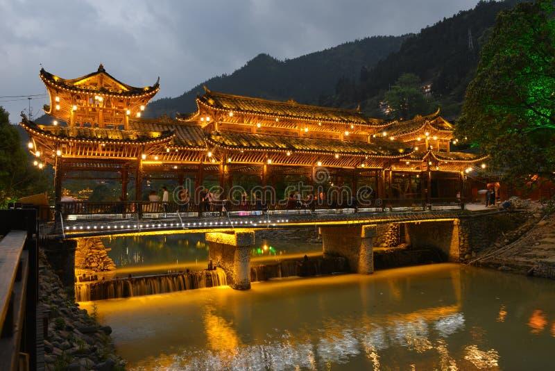 Die Nachtszene der Fengyu-Brücken-Wind-Regenbrücke in Xijiang Qianhu Miao Village stockbilder