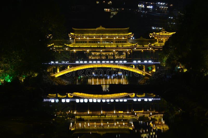 Die Nachtszene der Fengyu-Brücken-Wind-Regenbrücke in Xijiang Qianhu Miao Village stockfotos