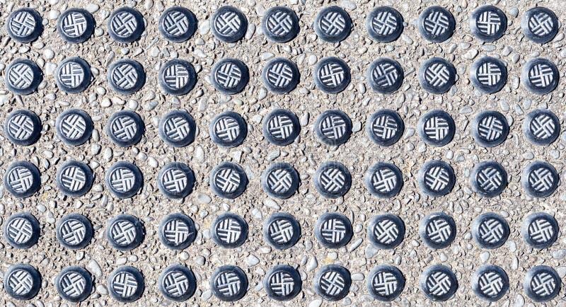 Die Nahaufnahme verziert vom Tastpflasterungsblock (Blindenschrift-Block) lizenzfreie stockfotografie