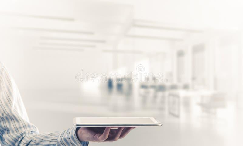 Die nahe Ansicht des Geschäftsmannes Tabletten-PC auf Verbindung halten zeichnet stockbilder