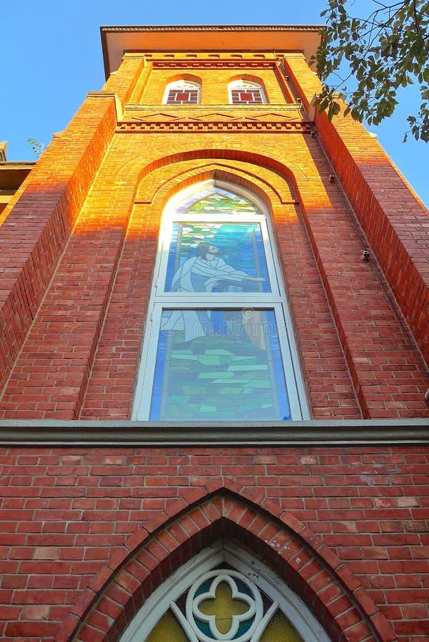 Die nahe Ansicht des Kirchenfensters lizenzfreies stockbild