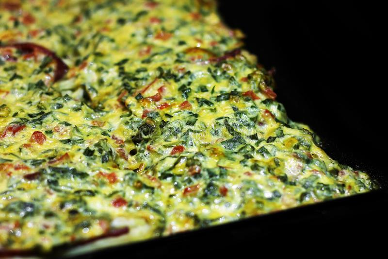 Die Nahrung ist im Ofen Kochen des Lebensmittels lizenzfreie stockfotografie