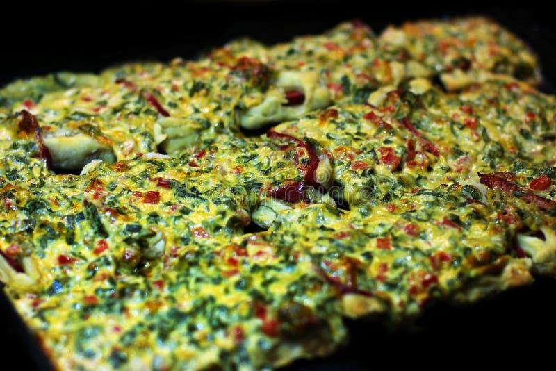 Die Nahrung ist im Ofen Kochen des Lebensmittels stockfotografie