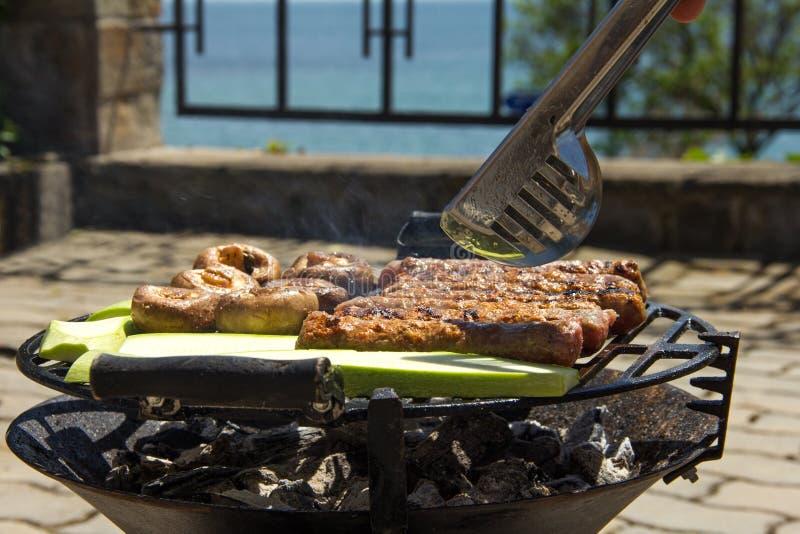 Die Nahrung wird auf dem Grill gekocht lizenzfreie stockfotografie