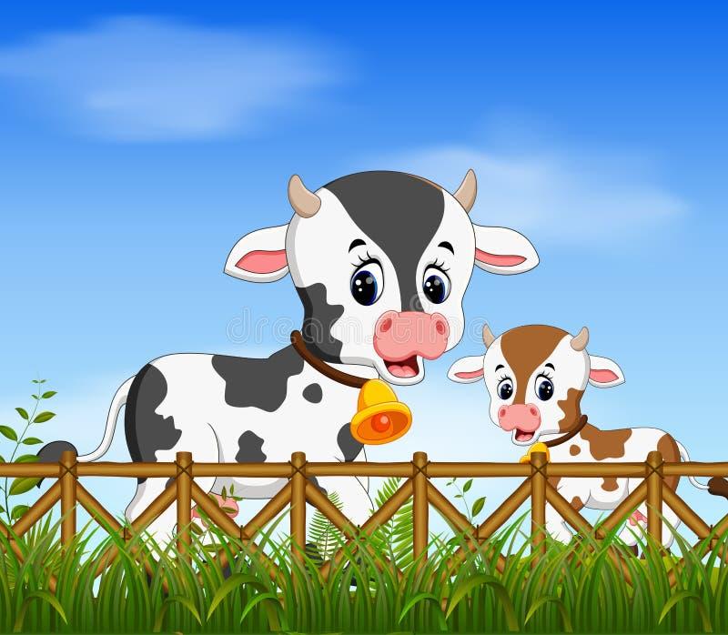 Die natürliche Ansicht mit der Kuh und ihrer kleinen Kuh, die zusammen mit dem glücklichen Gesicht spielen lizenzfreie abbildung