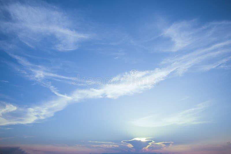 Die natürlichen Farben, die neuen Tag des Himmels für Himmel, das Licht vom Himmel vom Himmel glätten, ist ein Geheimnis, in d stockfotografie