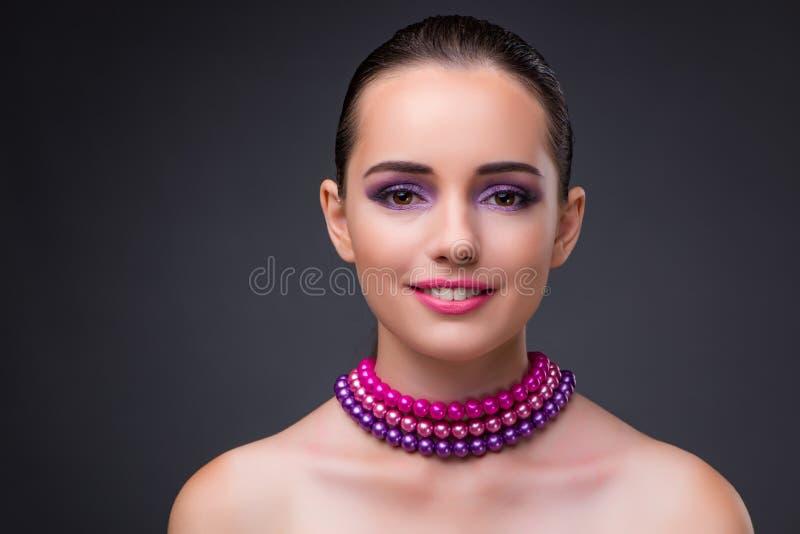 Die nette Frau mit Perlenhalskette stockfotos