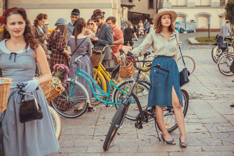 Die netten jungen Frauen, die in der Gruppe der Weinlese sich treffen, kleideten Leute an cosplay Festival Retro- Kreuzfahrt stockfotografie