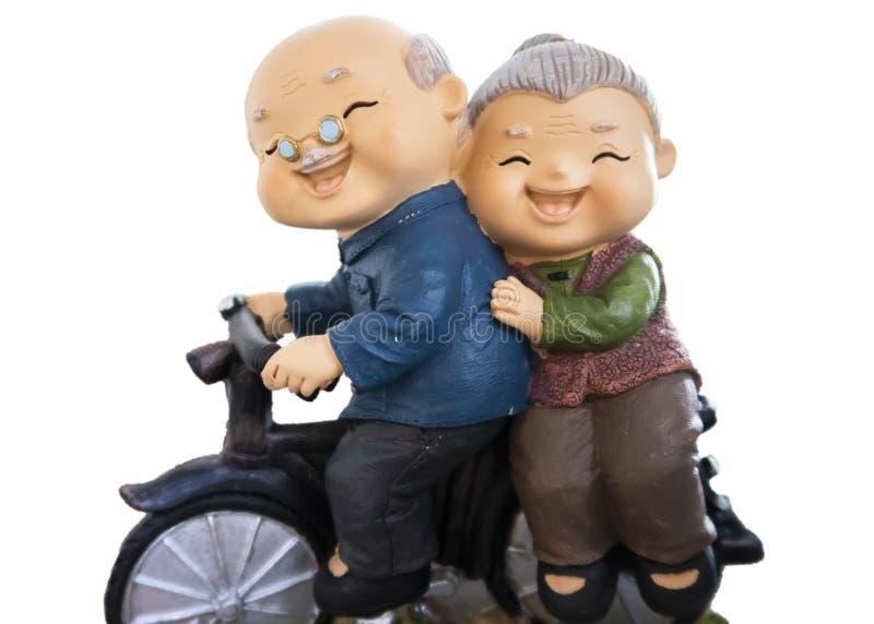 die netten Puppen, die Fahrt mit ihrem Fahrrad lokalisiert wird auf whitebackground haben, schließen Beschneidungspfad mit ein lizenzfreie stockfotografie