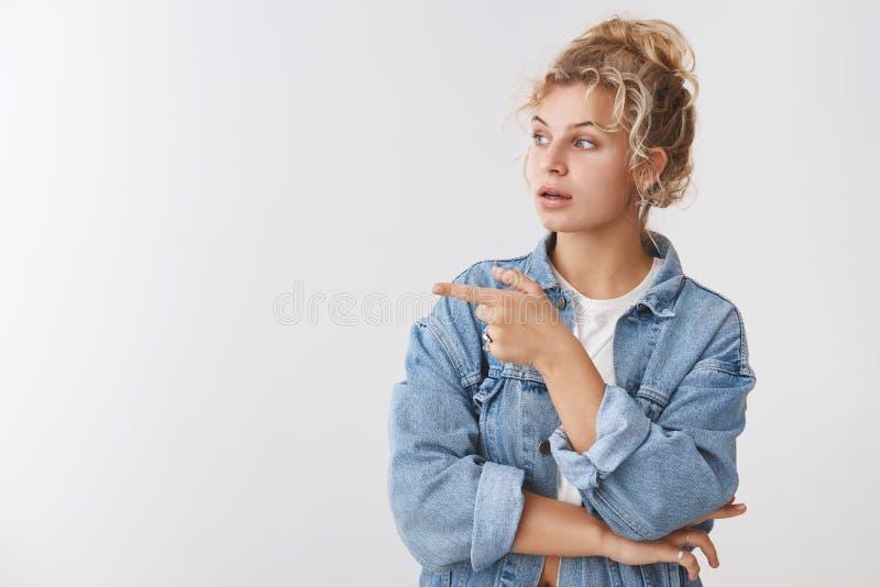 Die neugierigen attraktiven weiblichen blonden Kunden-Auswahlmöbel, die um Rateverkäufer-Drehungspunkt bitten, verließen interess lizenzfreies stockfoto