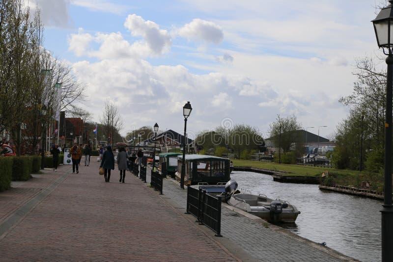 Die NIEDERLANDE - 13. April: Wässern Sie Dorf in Giethoorn, die Niederlande am 13. April 2017 stockbilder