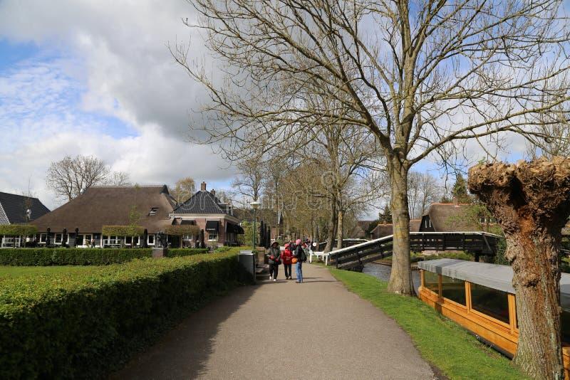 Die NIEDERLANDE - 13. April: Wässern Sie Dorf in Giethoorn, die Niederlande am 13. April 2017 stockfoto